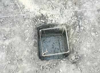 формируем бетонные столбы для фундамента