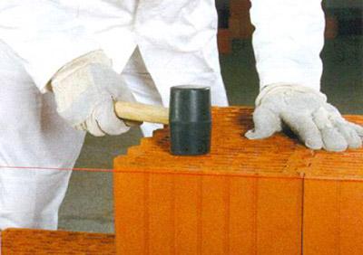 Проверка горизонтальности кладки с помощью шнура каменщика